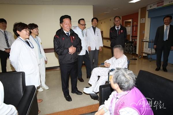 ▲ 부천시립노인의료복지시설을 방문한 장덕천 부천시장이 어르신들과 대화를 하고 있다.