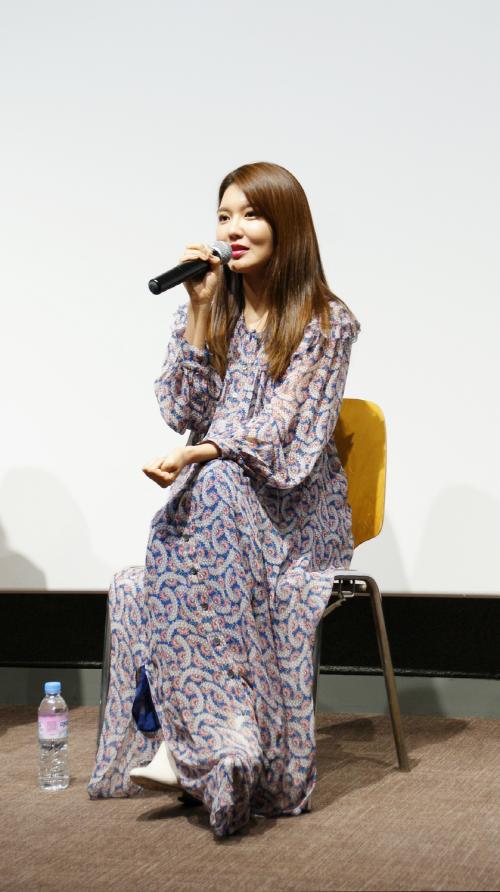 ▲ 판타스틱큐브에서 가수 겸 배우 최수영이 관객에게 영화를 소개하고 있다.