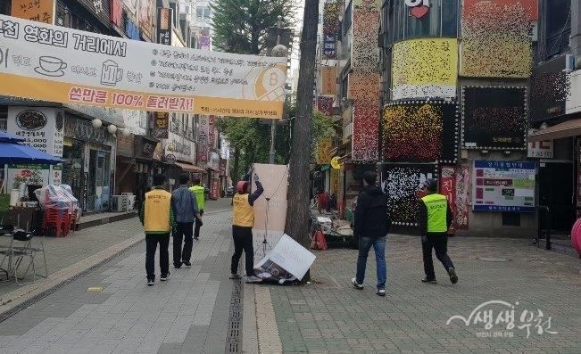 ▲ 부천시는 원미경찰서와 불법유동광고물 합동단속을 실시했다.