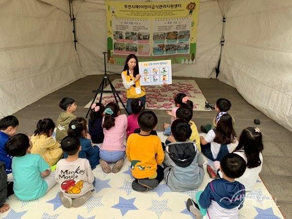 ▲ 어린이들이 손씻기 프로그램에 참여하고 있다.