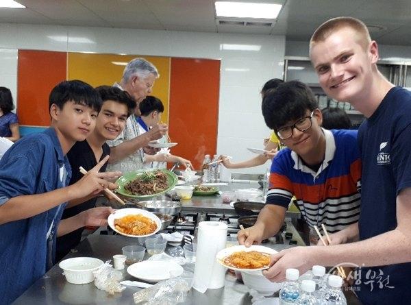 ▲ 제18회 부천국제청소년홈스테이 참가자들이 한국음식을 만들어 보이고 있다.