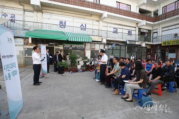 ▲ 장덕천 시장이 원종중앙시장 상인들과 대화를 나누고 있다.