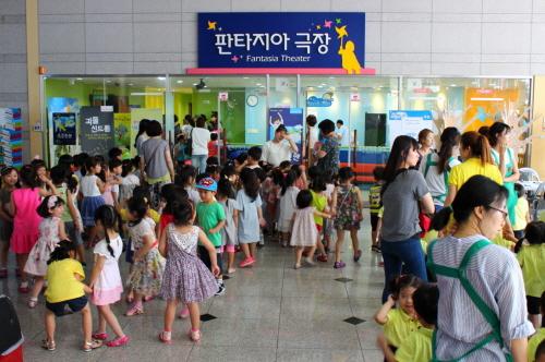 ▲ 판타지아극장 입장 중인 어린이 관객들