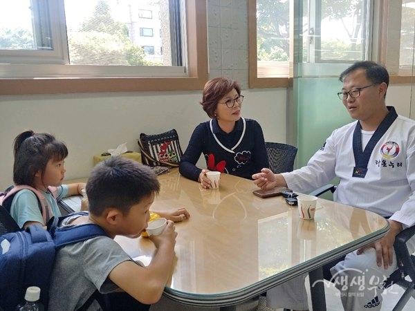 ▲ 부천북초등학교 재학생 두명 한푼 두푼 모은 사랑의 동전 전달
