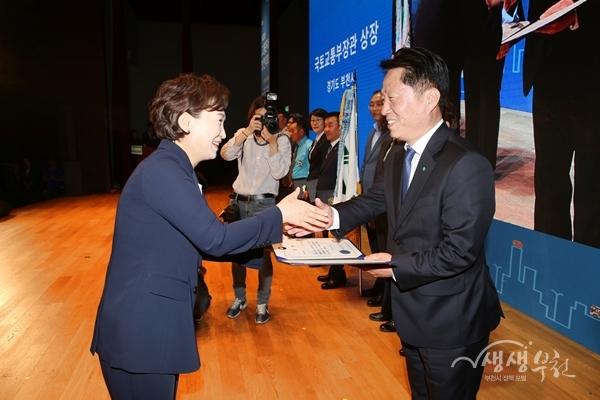 ▲ 장덕천 부천시장(오른쪽)이 김현미 국토교통부장관으로부터 교통문화지수 최우수상을 받고 있다.