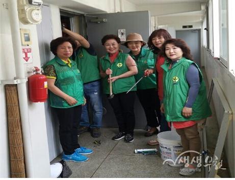 ▲ 중4동 새마을지도자협의회 해충방지용 방충망 설치