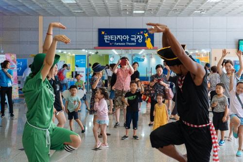▲ 지난해 열린 '2018 부천어린이세상'의 출연진이 재미있는 포즈를 취하고 있다.