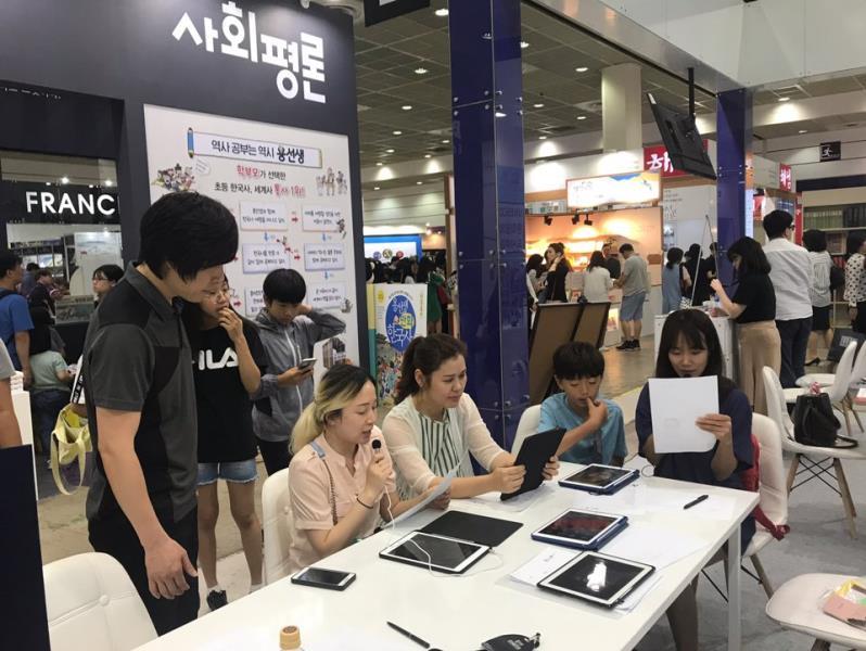 ▲ 카툰작가와 함께하는 '시 들려주는 케리커쳐'프로그램에 에 참여하고 있는 관람객들