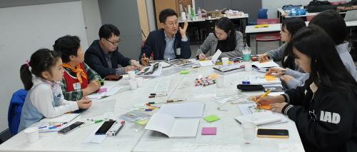 ▲ 실내건축디자인 전공 학생과 시민들이 '모두의 디자인' 프로젝트를 진행하고 있다.