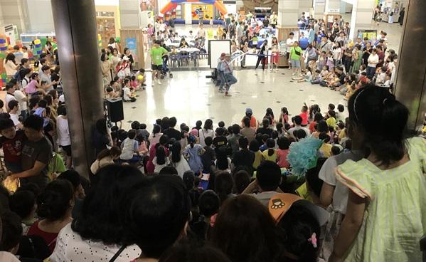 ▲ 2019 부천 어린이세상에서 많은 시민들이 '크로키키브라더스(드로잉쇼)' 공연을 관람하고 있다.