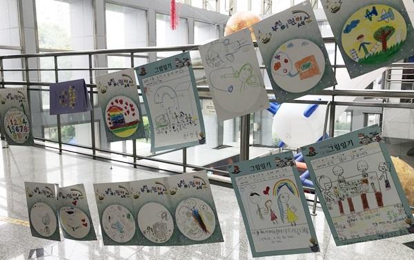 ▲ 아이들이 정성을 들여 쓴 그림일기가 전시되어 있다.