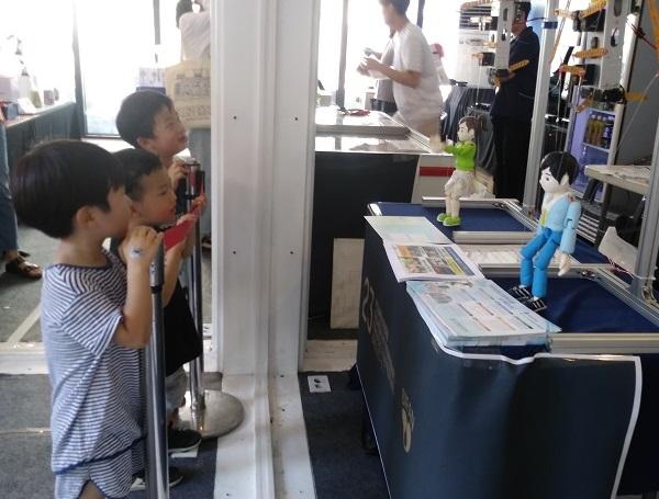 ▲ 로봇이벤트존의 춤추는 로봇을 보고 있는 관람객들