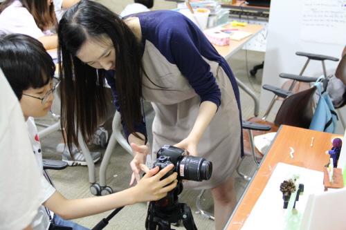 ▲ 애니메이션 제작 교육 '좀 노는 애니'에서 학생이 강사의 촬영 조언을 듣고 있다.