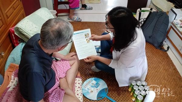 ▲ 방문간호사가 방문건강관리를 하고 있는 모습