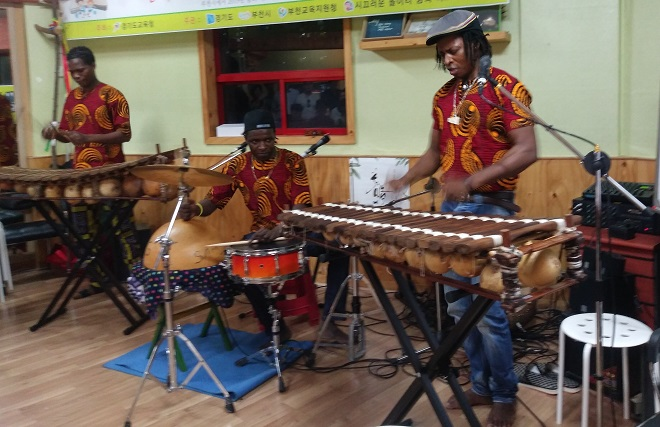 ▲ 부르키나파소에서 73세대째 그리오 음악가문 출신인 삼형제인 아미두 씨 , 아루나 씨, 야쿠바 씨