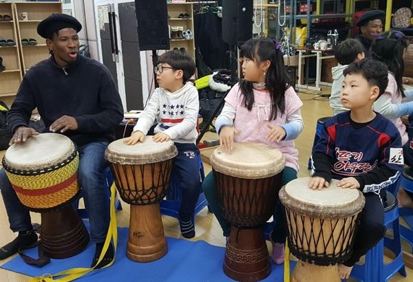 ▲ 송내청소년문화의 집에서 아이들이 젬베를 배우고 있는 모습