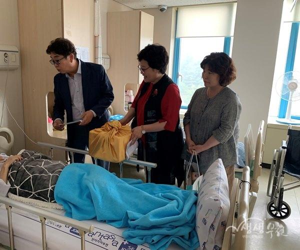 ▲ 관내 저소득 중증장애인에게 국수와 만두 등 생일선물 전달