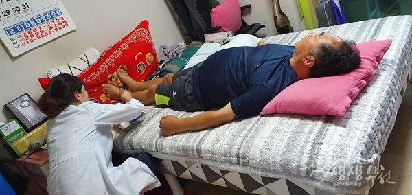 ▲ 방문 간호사가 한의 진료를 하고 있다.