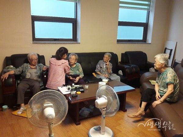 ▲ 신중동 무더위쉼터 점검단이 어르신의 건강상태를 체크하고 있다.