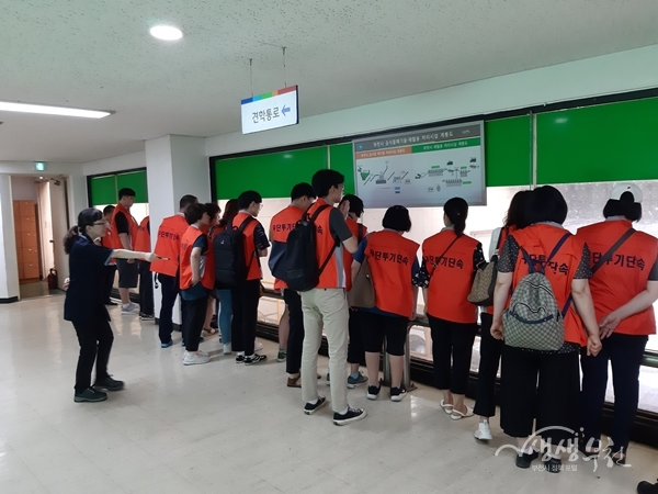 ▲ 부천시 쓰레기 처리 감시원들이 자원순환센터를 견학하고 있다.