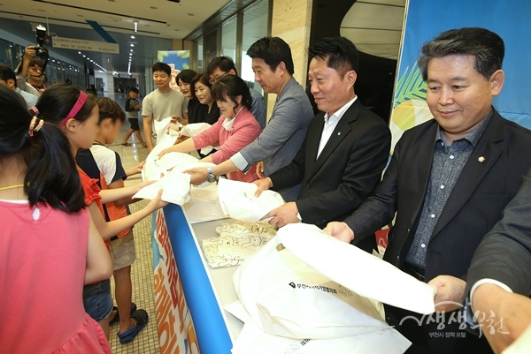 ▲ 행사에 참석한 장덕천 부천시장(오른쪽에서 두번째)이 아동들에게 기념품을 전달하고 있다.