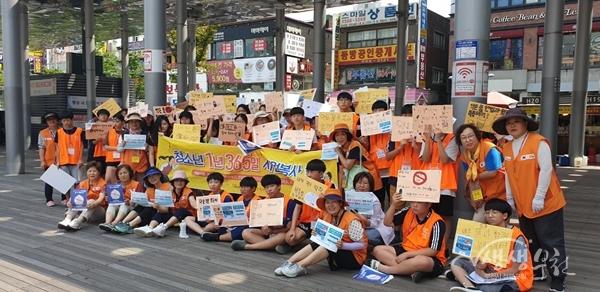 ▲ 청소년들이 부천마루광장에서 홍보 캠페인을 진행했다.