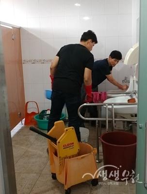 ▲ 부천시청 봉사동아리 '작은실천' 회원들이 춘의복지관을 찾아 봉사활동을 했다.