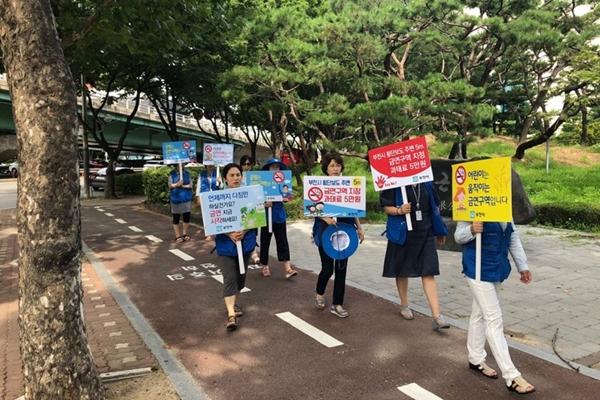 ▲ 부천시보건소가 시민들을 대상으로 금연·절주 캠페인을 진행했다.