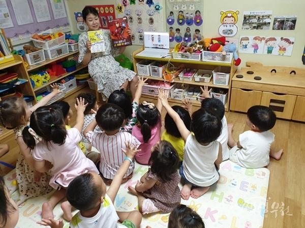 ▲ 어린이집 선생님이 올바른 손 씻기 방법을 교육하고 있다.