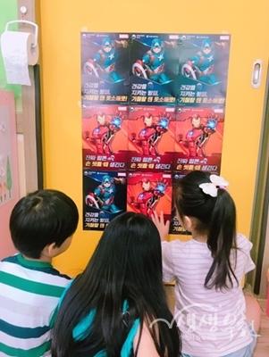▲ 부천시는 아이들이 좋아하는 캐릭터로  '올바른 손 씻기 안내 포스터'를 제작하여 어린이집에 부착했다.