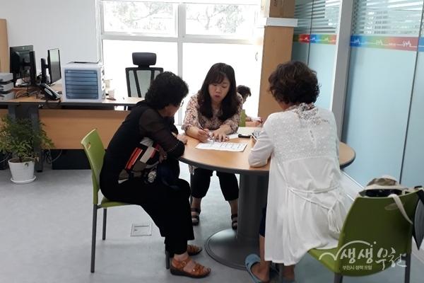 ▲ 신흥100세건강실에서 상담을 받고 있는 이용자의 모습
