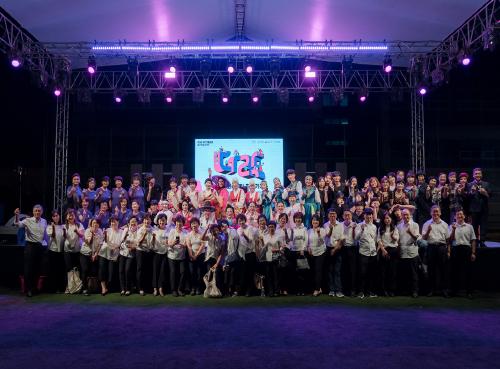 ▲ 24일(토) 수주고등학교 축제 현장에서 공연 참여자들이 단체사진을 찍고 있다.