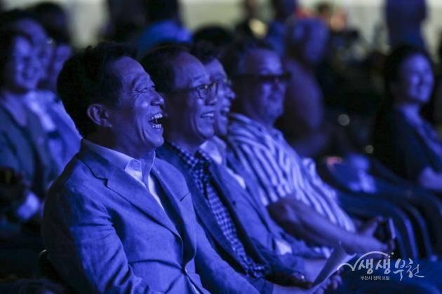▲ 제4회 부천전국버스킹대회-관중석에서 함께 즐기는 장덕천 시장