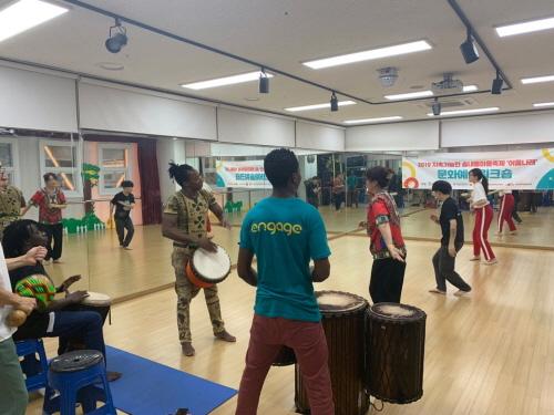 ▲ 축제 준비과정으로 진행된 '문화예술워크숍'에서 참여자가 아프리카 리듬에 맞춰 춤추고 있다.