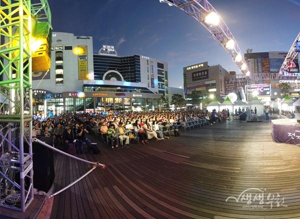 ▲ 제4회 부천전국버스킹대회가 열린 부천 마루광장을 찾은 시민들