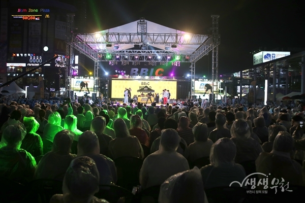 ▲ 제3회 부천세계비보이대회가 열린 부천 마루광장을 찾은 시민들