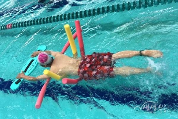 ▲ 장애인 수영재활교실 참여자의 수영 모습
