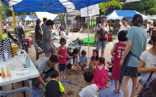 ▲ 지난 2016년, 선정단체가 '2016 동네가 예술, 공예 놀이' 프로그램을 선보이고 있다.