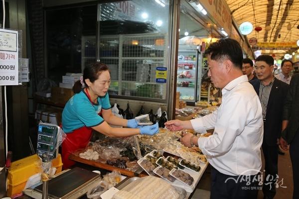 ▲ 지난 9일 장덕천 부천시장이 한신·강남시장에서 추석물품을 구입하고 있다.