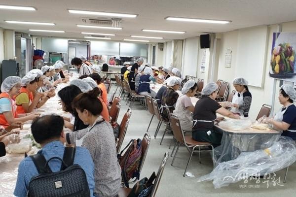 ▲ 부천시여성단체협의회원들과 자원봉사자들이 이웃들에게 나눠줄 송편을 만들고 있다.