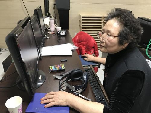 ▲ 강복녀 감독이 부천문화재단 시민미디어센터에서 동아리 활동을 통해 다큐멘터리를 제작하고 있다.