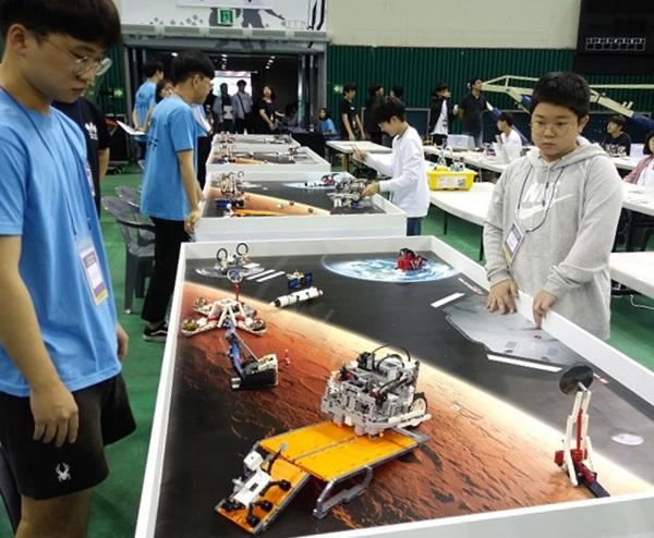 ▲ 로봇코딩대회 코딩미션에 참가한 박요한 군의 경기 전 연습 모습