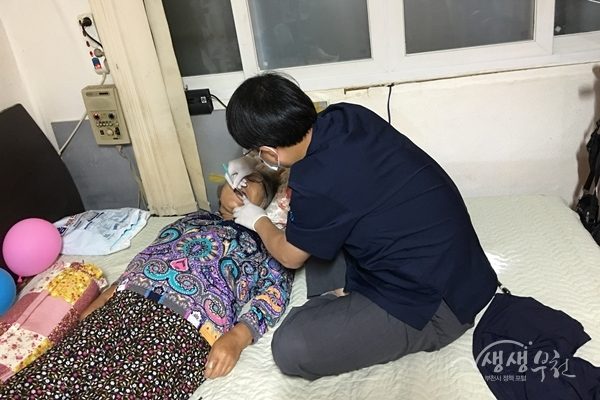 ▲ 지난 8일 부천시치과의사회에서 퇴원환자 가정에 방문하여 방문의료서비스를 제공했다.