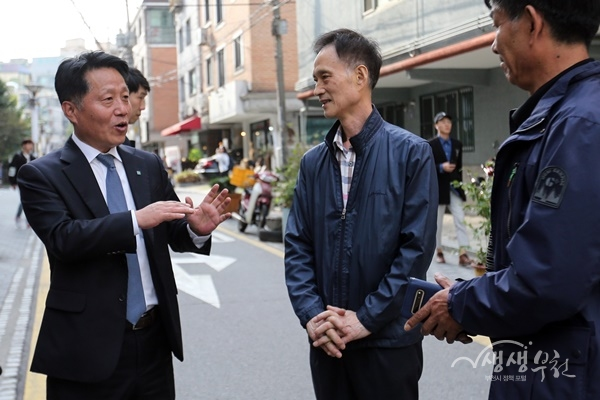 ▲ 장덕천 부천시장이 지역 주민과 대화를 나누고 있다.