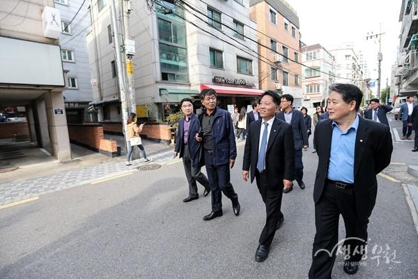 ▲ 장덕천 부천시장이 역곡동 대학로 일대를 둘러보고 있다.