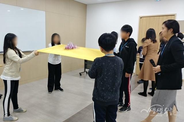 ▲ 부천시 드림스타트 아동이 '자신감 UP 리더십 캠프에서 협력 강화 활동을 하고 있다.