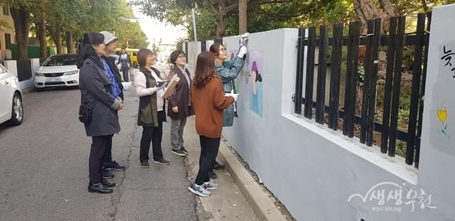 ▲ 부천시 여성친화도시 시민참여단원들이 태양광 LED 전등을 설치하고 있다.