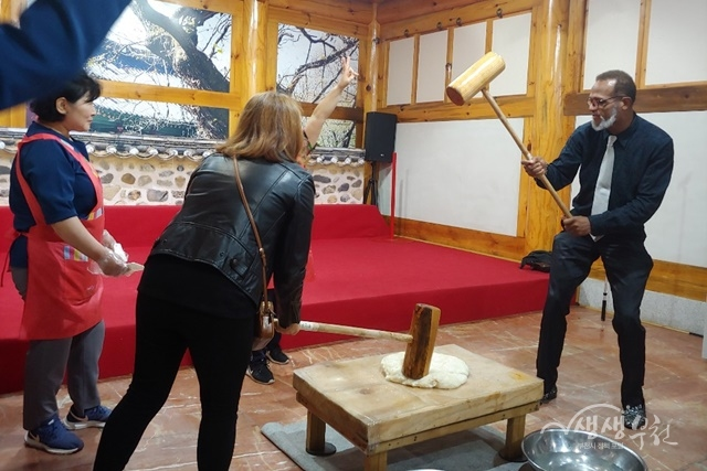 ▲ 부천시 관광 팸투어에 참여한 해외 우수 바이어들이 떡 만들기 체험을 하고 있다.