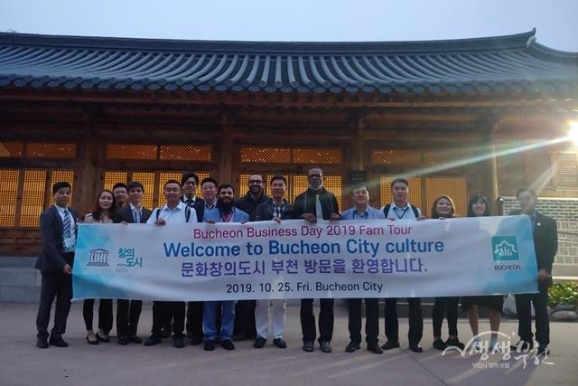 ▲ 부천시 관광 팸투어에 참여한 해외 우수 바이어들이 단체 기념 촬영을 하고 있다.