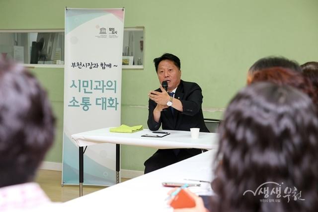 ▲ 장덕천 부천시장이 사회적경제기업 대표, 직원들을 격려하고 애로 사항을 청취했다.